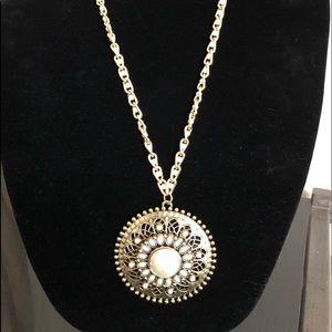 Jewelry - 🎉 Love's Embrace Statement Pendant Necklace